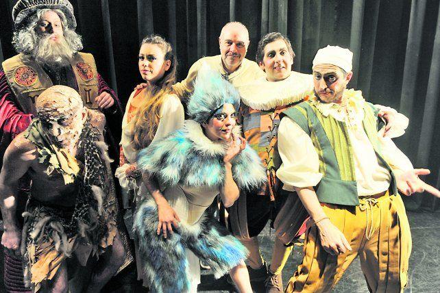 Saggini (centro) con los actores Juan Pablo Biselli