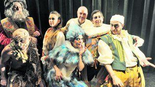 Saggini (centro) con los actores Juan Pablo Biselli, Sofía Dorna, Luciano Matricardi, Federico Cuello, Verónica Leal y Lucas Cristófaro De Vicenti.