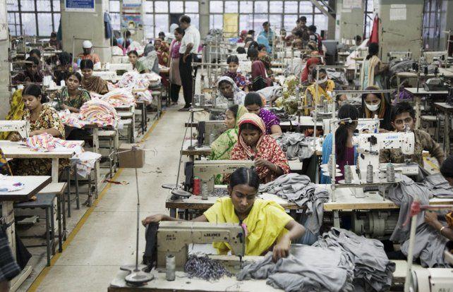 Bangladesh. Uno de los varios miles de talleres textiles donde se cose la ropa que se vende en los países industriales.