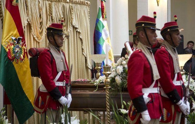 Trágico fin. Una guardia de honor custodia el féretro del funcionario asesinado en la sede del gobierno en La Paz.