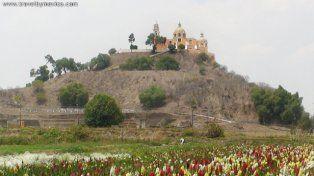 Impactante. La iglesia Nuestra Señora de los Remedios corona la pirámide.