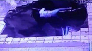 Imagen del video. Una mujer se aferra a un caño que hasta ese momento era subterráneo.