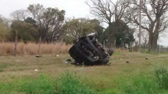 El vehículo en el que iban las víctimas salió despedido a varios metros de la ruta.