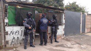 Efectivos de la ex Drogas Peligrosas custodian uno de los domicilios allanados.