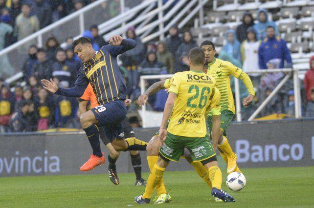 Teo Gutiérrez maniobra ante la los marcadores de Defensa y Justicia.