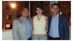 Final feliz. Natalia Torres, ayer, junto a un familiar y al cónsul argentino en Florianópolis.
