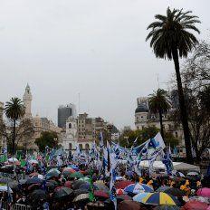 Bajo la lluvia. La histórica plaza fue conmovida por una marcha que duró 24 horas en reclamo de trabajo.