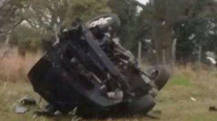 destrozado. Al auto se le desprendió el motor y una rueda. Quedó tirado en la cuneta