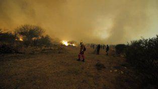 Peligroso. El fuego se descontroló en la noche del viernes por fuertes vientos.