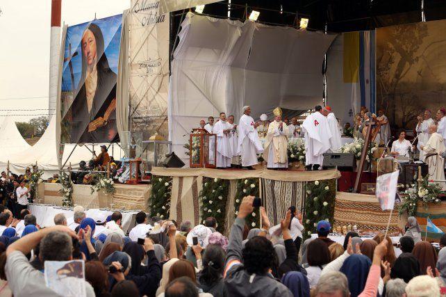 Fervor. Una gigantografía de Mama Antula (izq.) presidió la celebración de ayer en la ciudad de Santiago del Estero.