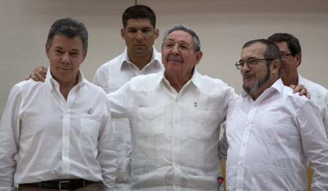 Ciclo histórico. Raúl Castro abraza a Santos (izquierda) y Timochenko