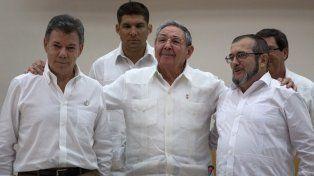 Ciclo histórico. Raúl Castro abraza a Santos (izquierda) y Timochenko, durante las negociaciones en Cuba.