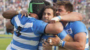 Celebración contenida. Joaquín Tuculet marcó el primer try del partido y sus compañeros se suman al interminable festejo.