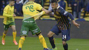 Forcejeo. Ezequiel Rodríguez toma de la camiseta a Cardona para intentar zafar de la marca. El Tanque no pesó.