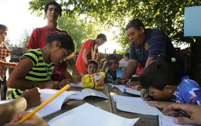 Chicos de distintas edades dibujan y aprenden en un espacio que además los contiene.