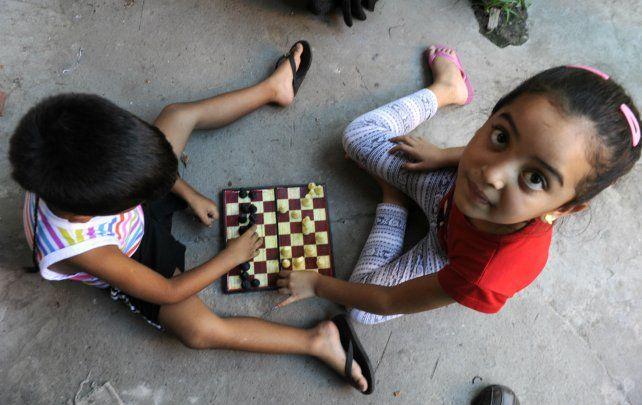 Mediante juegos de mesa y de memoria, los nenes disfrutan de estar entre amigos.