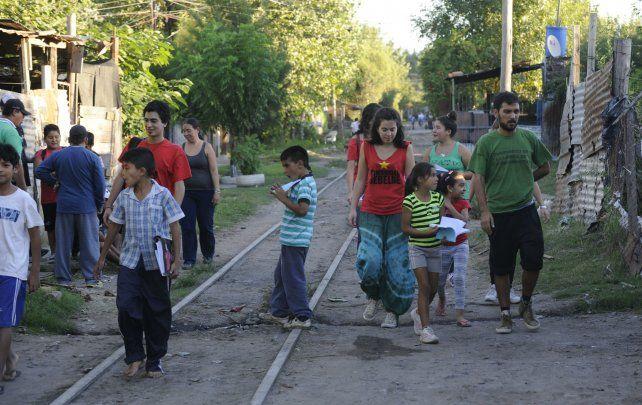 El centro comunitario se levanta sobre las vías que corren paralelas a Felipe Moré, entre Virasoro y Rueda. Quieren que los pibes crezcan en el barrio sin violencia.