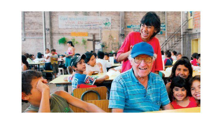 Edgardo Montaldo junto a los chicos en el comedor de Betania
