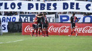 Scocco acaba de marcar el 1-0 tras cambiar un penal por gol. (Foto: Marcelo Bustamante)