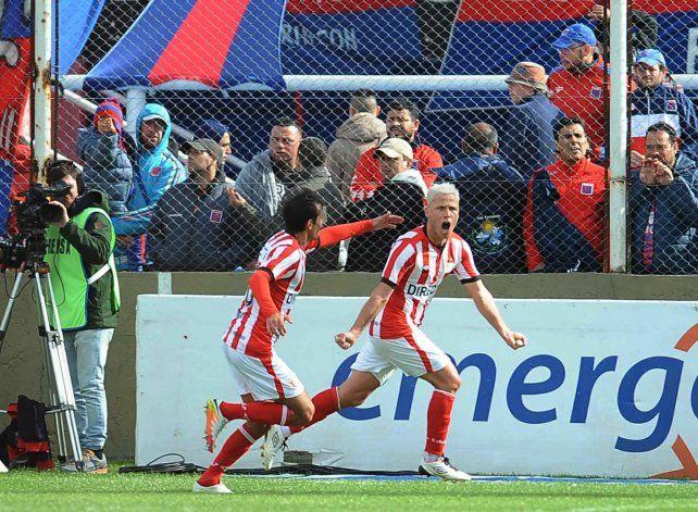 Damonte festeja el tercer gol del Pincha.