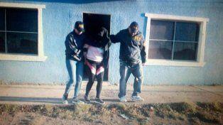 las heras. Una de las mujeres sometidas a trata, rescatada por la policía.