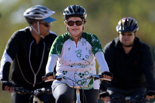de paseo. Dilma dio ayer un paseo en bici por los alrededores del palacio de la Alvorada