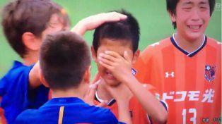 Da la vuelta al mundo el video de los chicos de Barcelona que consuelan a sus rivales chinos