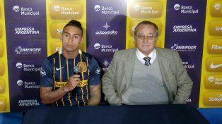 El delantero Bordagaray junto al presidente Broglia en el predio de Arroyo Seco.