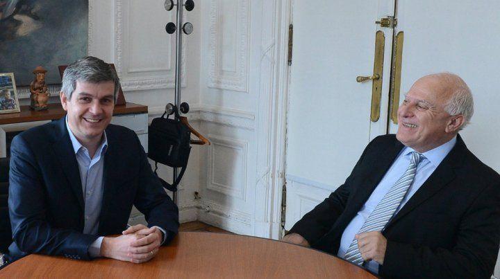 cónclave. Marcos Peña y Miguel Lifschitz, ayer, en Casa Rosada. El encuentro incluyó algunos reproches.