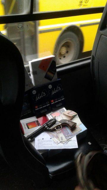 en el omnibus. Las armas y los celulares robados por la pareja detenida.