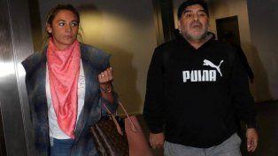 despachados. Maradona junto a su pareja, Rocío Oliva, en Ezeiza, donde los sorprendió el inconveniente.