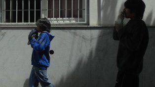 bolsitas. Dos chicos aspiran pegamento en pleno centro de la ciudad. Una problemática que preocupa.