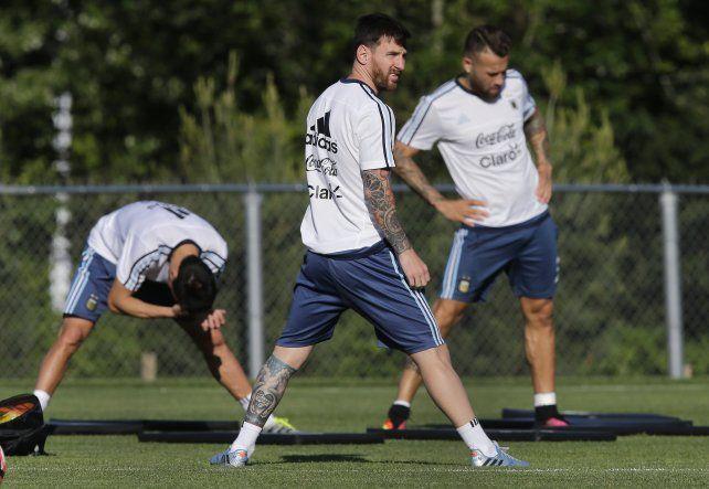 Esperándolo. Leo pisará hoy el césped en Ezeiza y acaparará toda la atención. La gran pregunta es si jugará el jueves en Mendoza.
