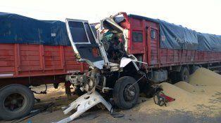 El terrible impactó causó la muerte de uno de los camioneros.