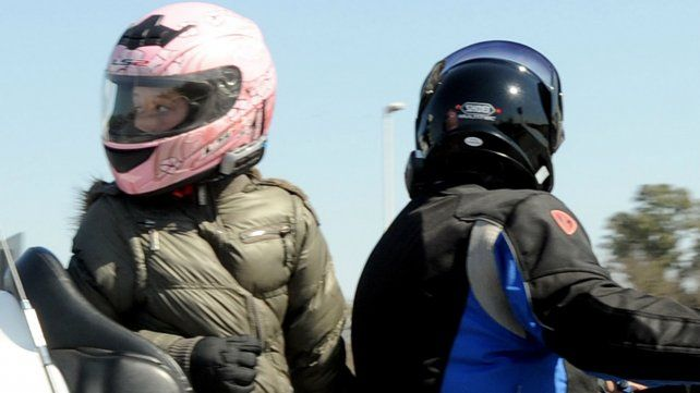 La Municipalidad quiere que los motociclistas usen cascos con el número de la patente de la moto.