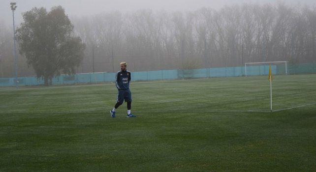 Messi camina en medio de la niebla en el predio de Ezeiza.