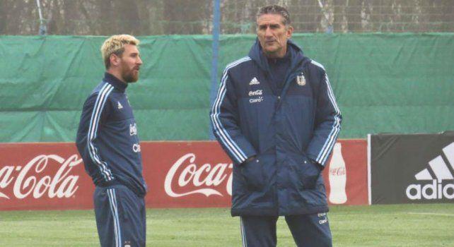 Messi dialoga con el Patón Bauza durante su primer entrenamiento en Ezeiza tras retornar a la selección.