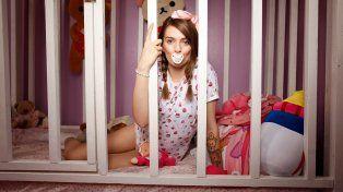 Tiene 21 años y vive como una beba para superar los abusos que sufrió cuando era chica
