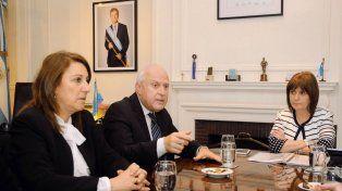 El gobernador Lifschitz expone flanqueado pòr la intendentade Rosario, Mónica Fein, y la ministra de Seguridad nacional, Patricia Bullrich.
