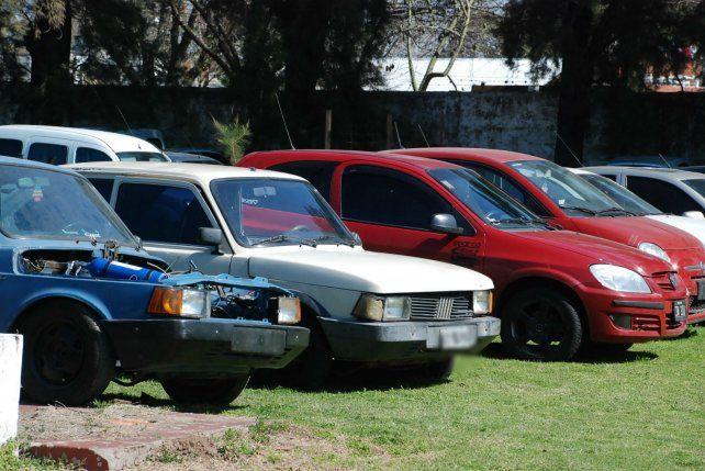 Los autos incautados en el operativo.