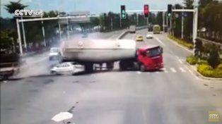 El escalofriante video del momento en el que un camión cargado de cemento aplasta a un auto