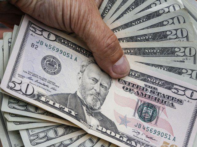 Analistas consideraron que el comportamiento dispar del dólar obedeció en parte a cuestiones estacionales de fin de mes.