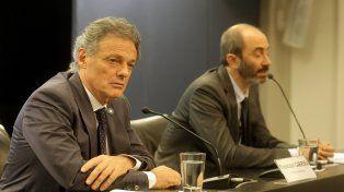 Ofensiva. Cabrera (Producción) y Greco (CNDC) vigilan las tarjetas.