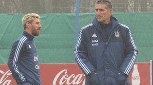 La postal. Messi, con el nuevo look, y el Patón, juntos por primera vez en el predio de la AFA en Ezeiza.