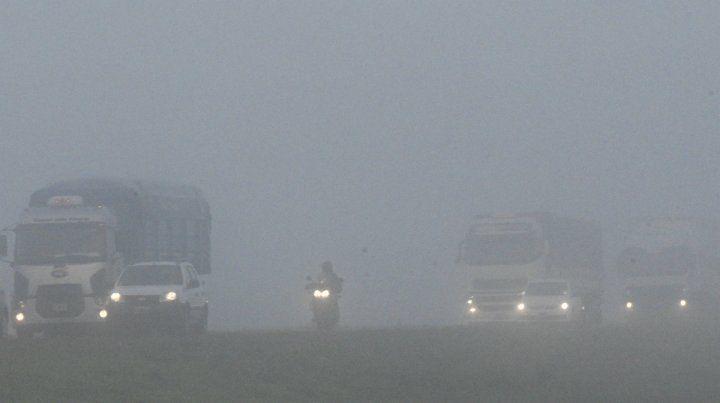 La niebla complicaba la circulación por las rutas y caminos de la región.
