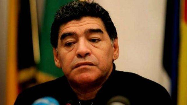 Maradona pudo finalmente viajar a Dubai. Antes tiró dardos hacia Macri
