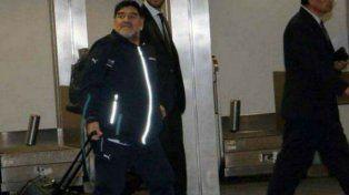 Maradona en Ezeiza a punto de salir de viaje.