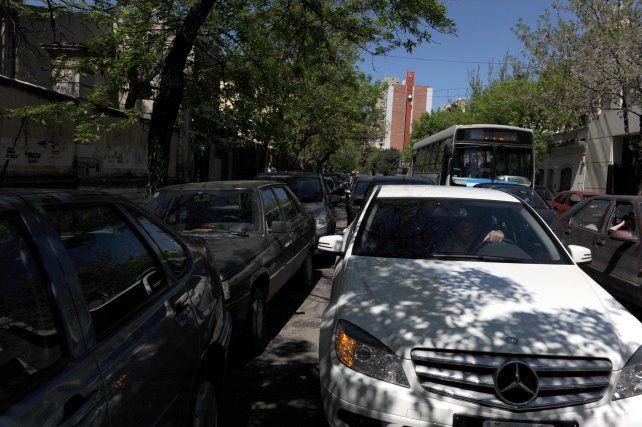 Vecinos reclaman controles para evitar que estacionen en doble fila en las escuelas