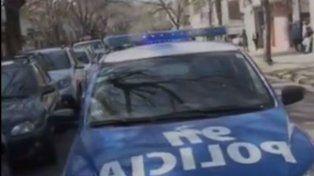 Un móvil del 911 llegó al lugar para llevarse detenido al ladrón.
