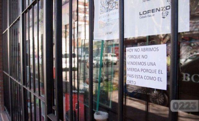 Una comerciante se cansó de no vender, cerró su local y dejó un sugerente mensaje en la puerta